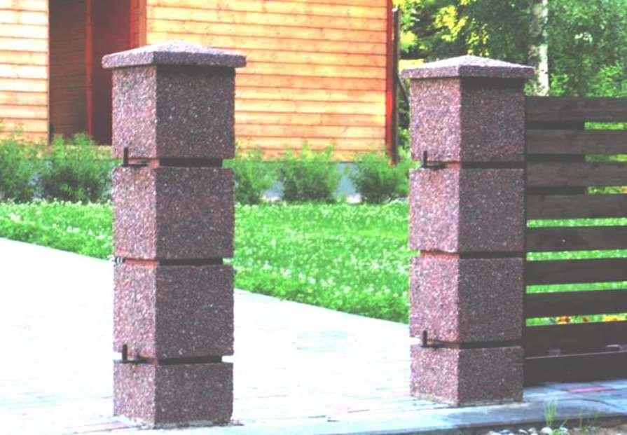 Отделка и облицовка столбов забора из натурального и декоративного искусственного камня