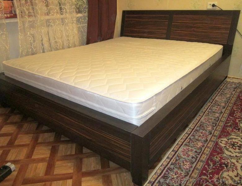 Теперь кровать в спальне выглядит намного эффектней и дороже: из деревянной доски и циновки смастерили стильное изголовье