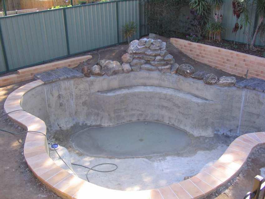 Как построить бассейн своими руками, как выбрать место для бассейна на участке, бассейн из готовой чаши, строительство бассейна без чаши.