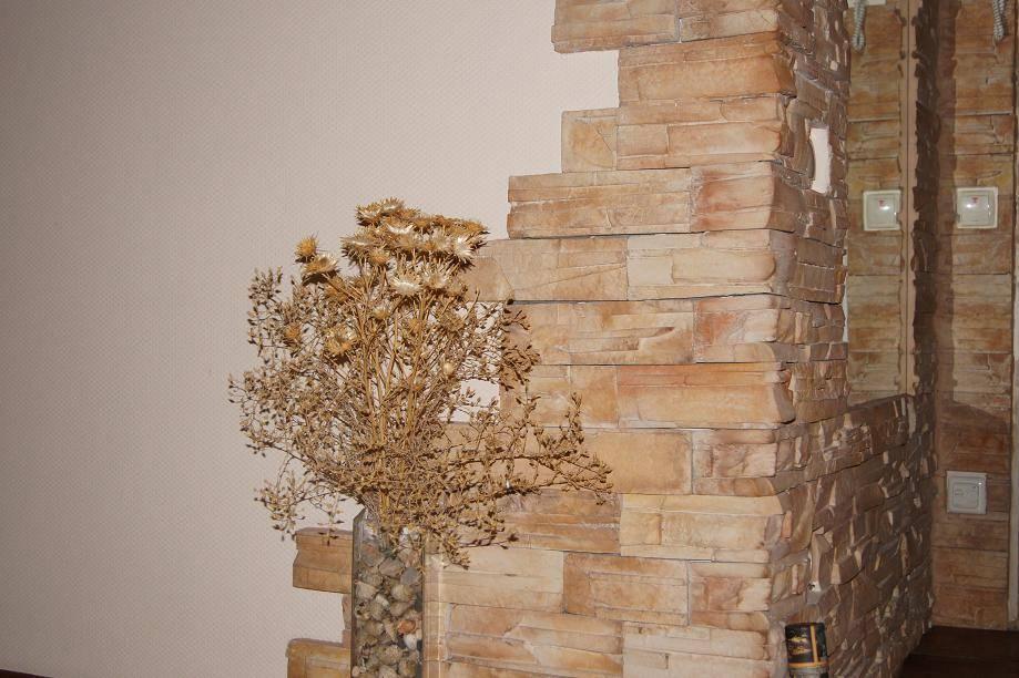 Декоративный камень в интерьере гостиной (44 фото): отделка стен комнаты в сочетании с искусственным камнем