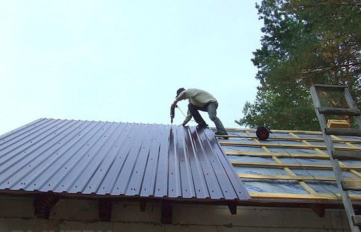 Крыша на гараж из профнастила односкатная: технология сооружения и применяемые материалы