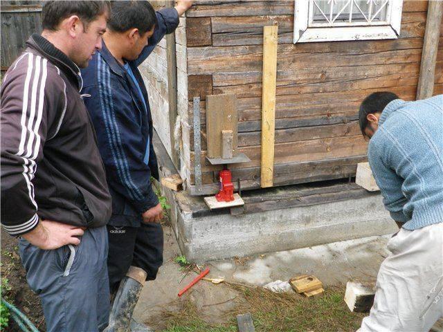 Как поднять кирпичный дом: можно ли поднять фундамент (просевший угол дома) домкратом своими руками