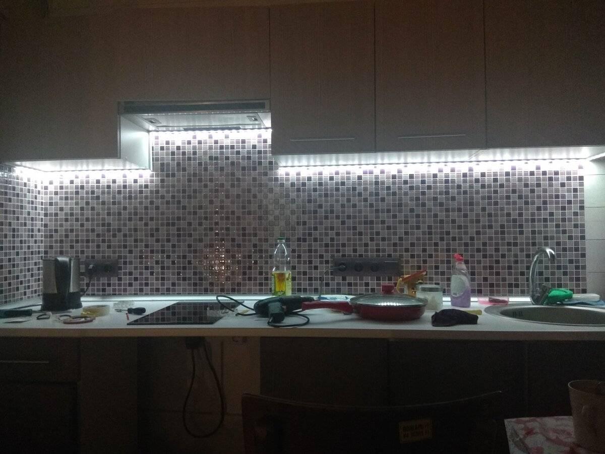 Освещение на кухне (50 фото): варианты освещения в интерьере кухни, как правильно его организовать? выбор ламп, бра и кухонных подвесов, других источников света и их дизайн, особенности организации кухонного освещения в маленькой кухне