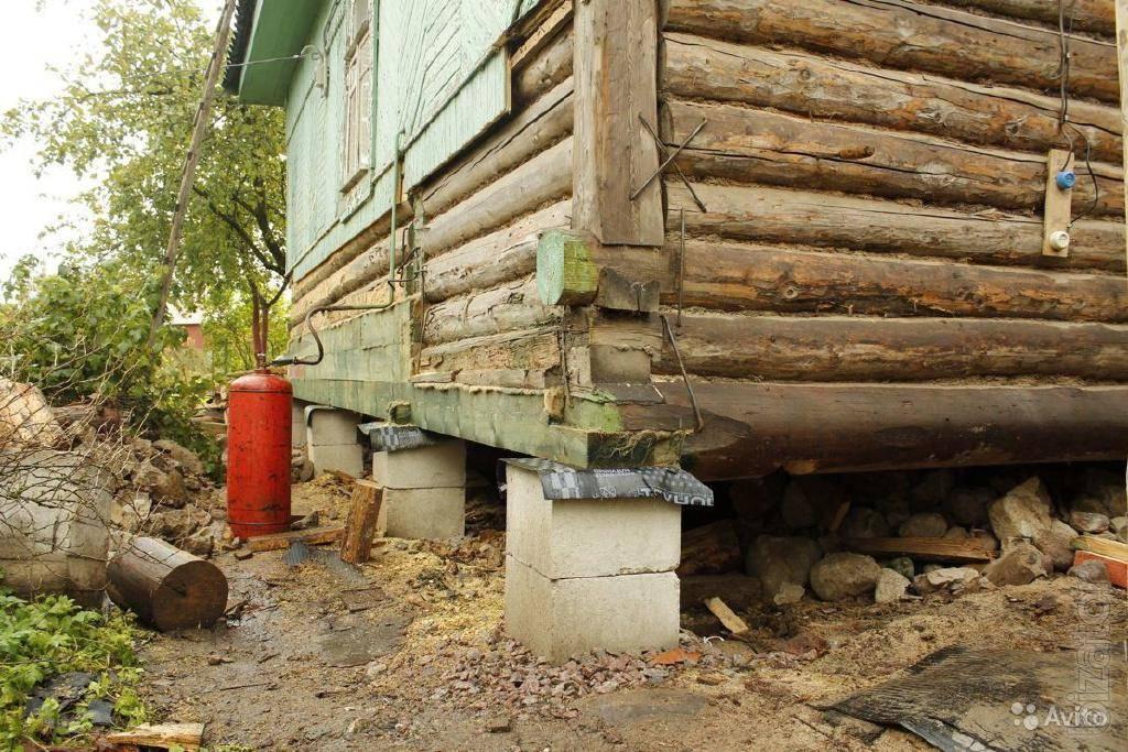 Замена нижних венцов бревен в деревянном срубе дома: применяемые технологии, этапы работ и их цена