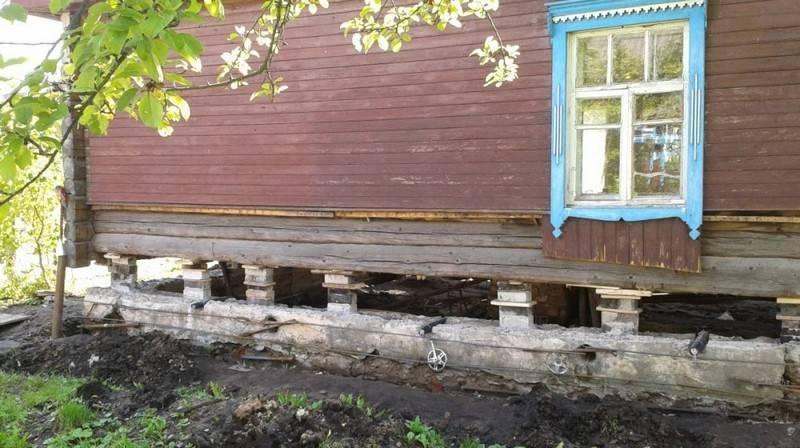 Как самостоятельно поднять деревянный дом при помощи домкрата