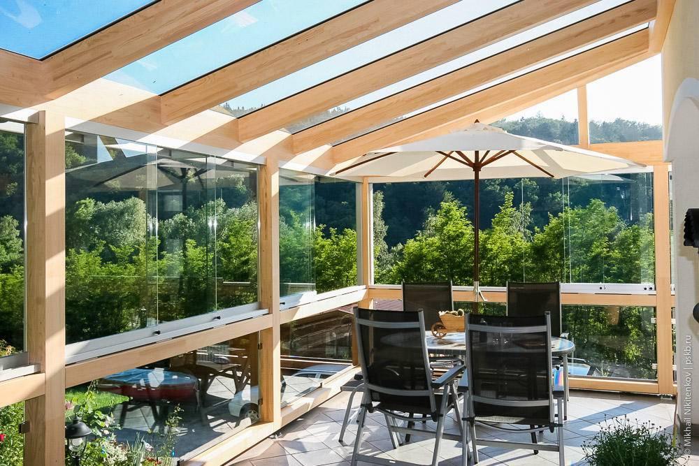 Преимущества и недостатки стеклянных крыш для террас, их конструктивные особенности и применяемые строительные материалы