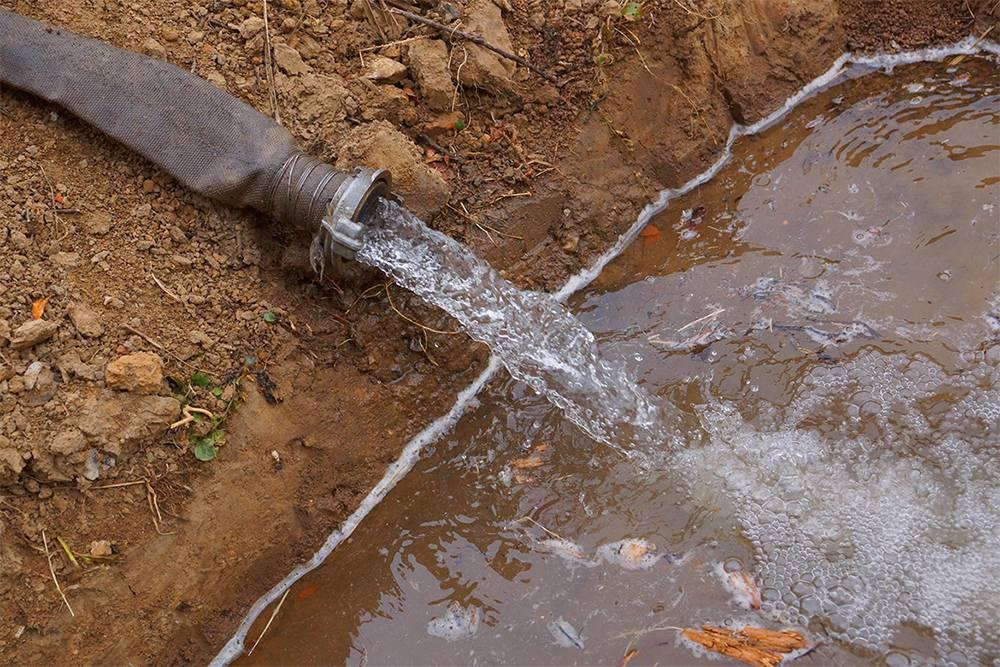 Вода из скважины пахнет сероводородом. чем это грозит и как избавиться от запаха