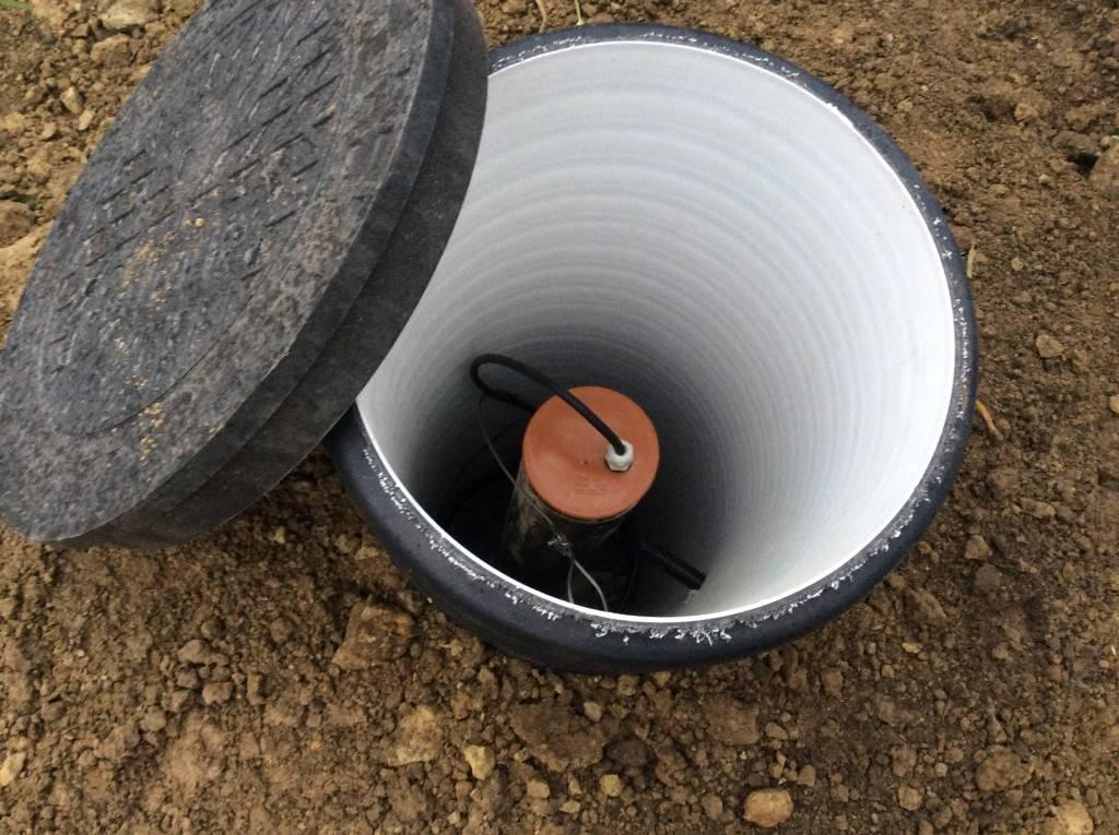 Как утеплить скважину, ее приямку, трубы и шланг своими руками в частном доме и на даче?