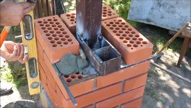 Установка калитки на кирпичный столб: крепление ворот своими руками в заборе, фото монтажа без закладных и на анкерах, видео