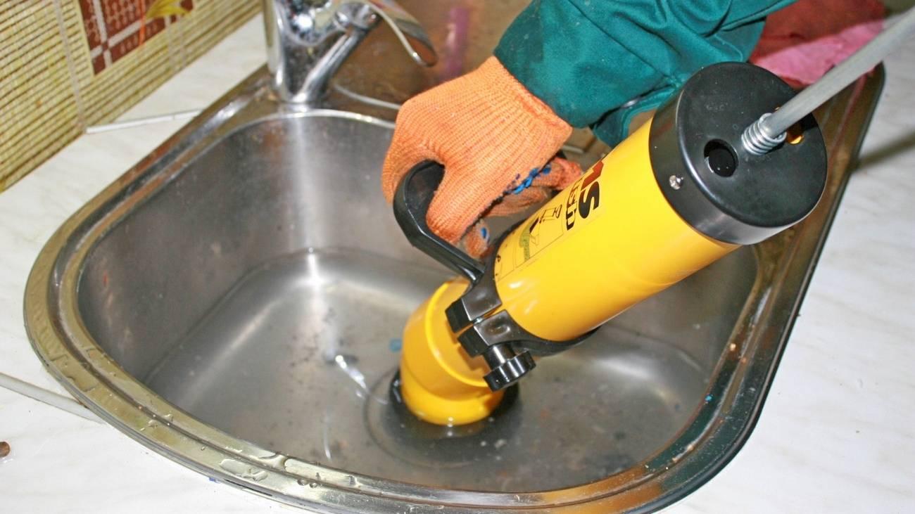 Прочистить слив с помощью средств тирет, потхан, крот, тросом и вантузом