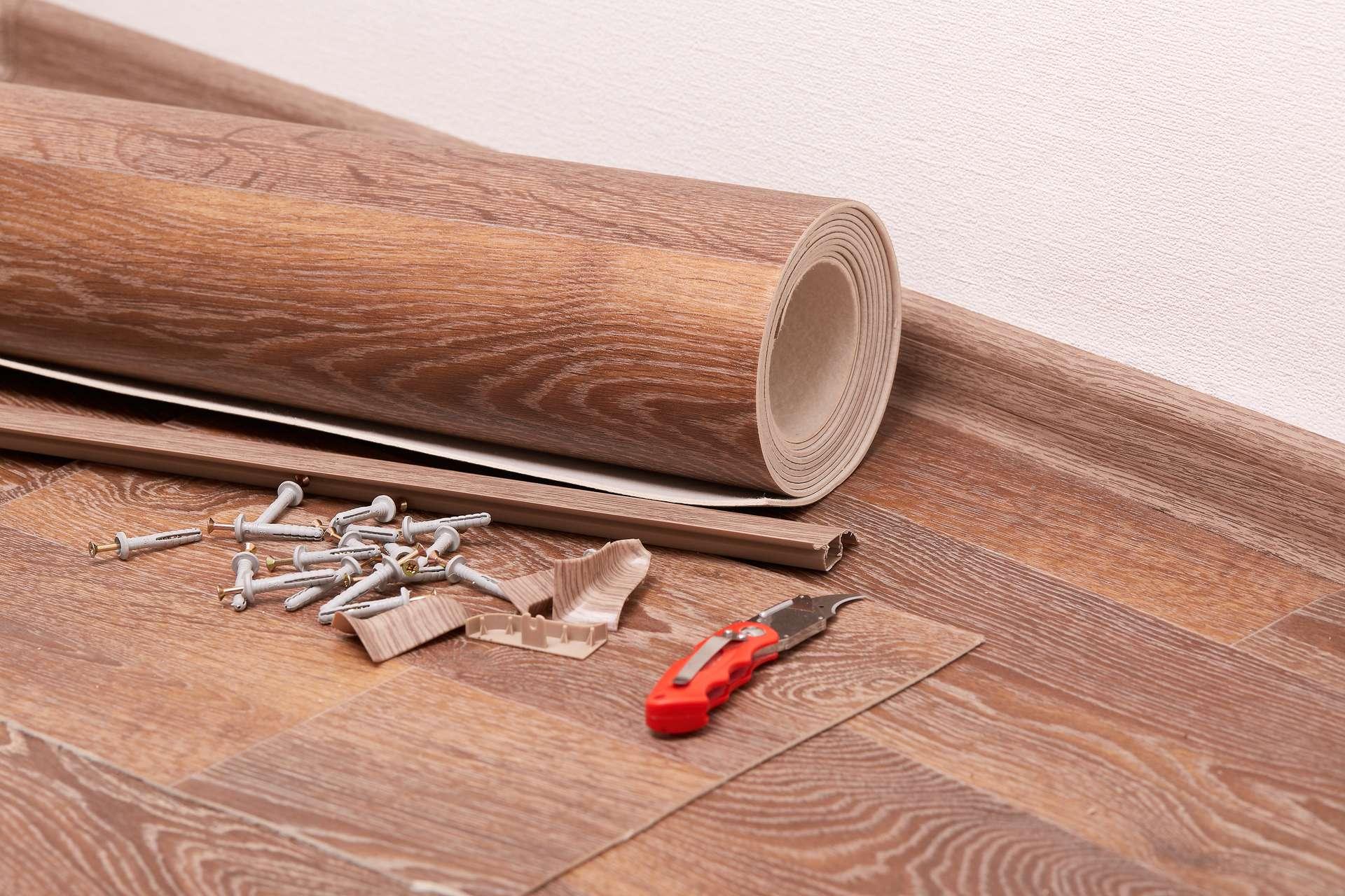 Крепление плинтусов к полу и к стене: инструкция по монтажу своими руками