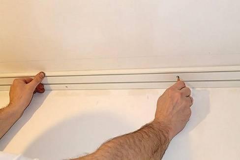 Крепление карниза к натяжному потолку, как правильно сделать установку, фото и видео примеры