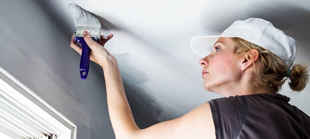Как покрасить гипсокартонный потолок правильно своими руками