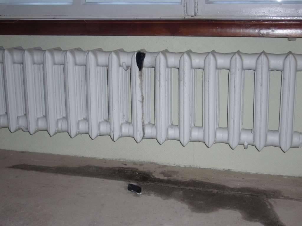 Что делать, если течет батарея отопления: как устранить течь в радиаторе отопления - san-remo77.ru