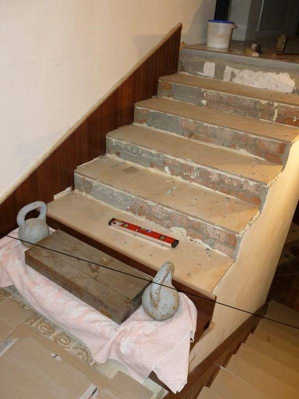 Отделка своими руками бетонной лестницы деревом в загородном доме