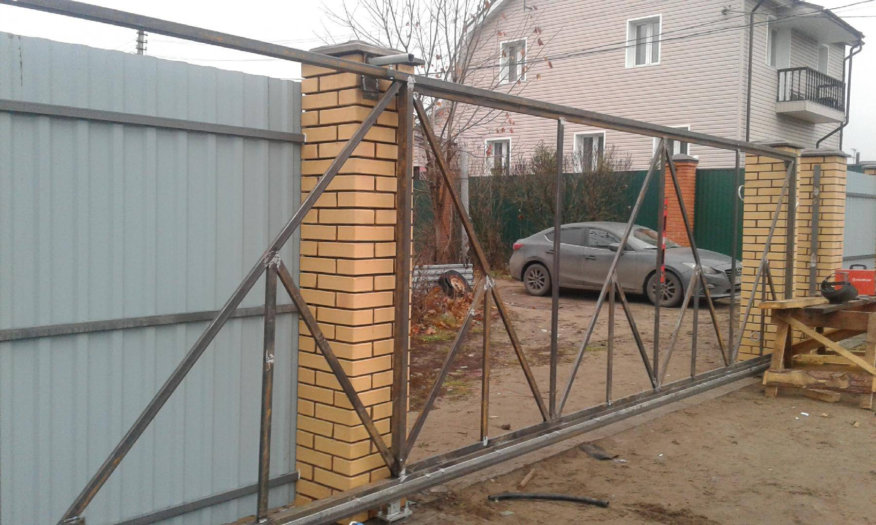 Как прикрепить ворота к столбам из кирпича