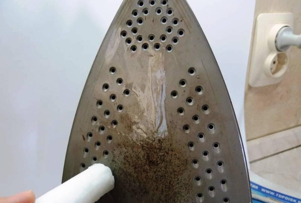 Хитрости чистки утюга от пригоревшей ткани