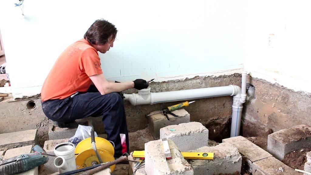 Монтаж канализационных труб своими руками: установка, сборка в частном доме, перепад труб, как собрать, правила монтажа, правильный монтаж на фото и видео