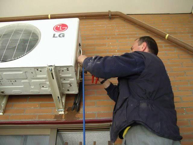 Из кондиционера течет вода в комнату: причины и как устранить