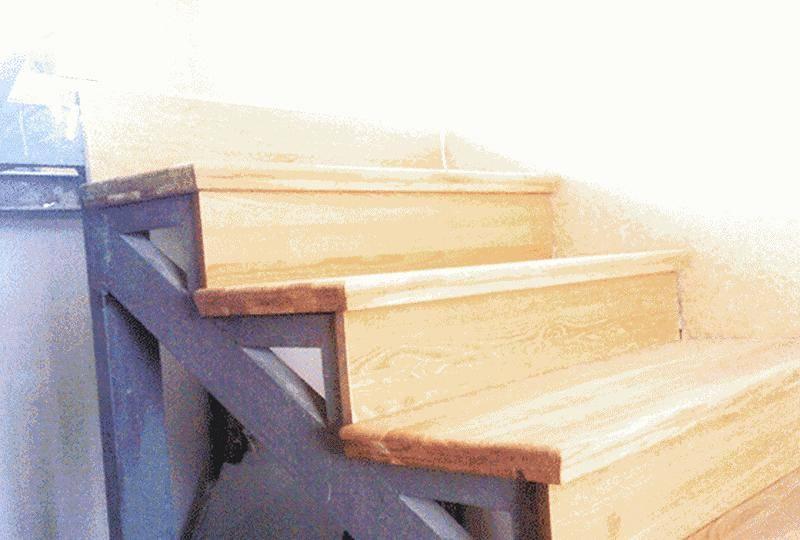 Как самостоятельно обшить металлическую лестницу деревом. как обшить металлическую лестницу деревом своими руками. как лучше облицевать металлическую лестницу, используя деревянные детали.информационный строительный сайт |