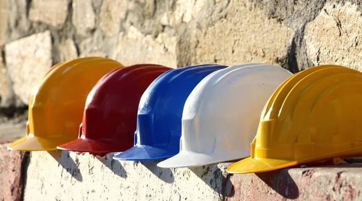 Строительные каски (35 фото): срок годности, защитные модели для руководителей и строителей, гост, каски с логотипом и без него, другие