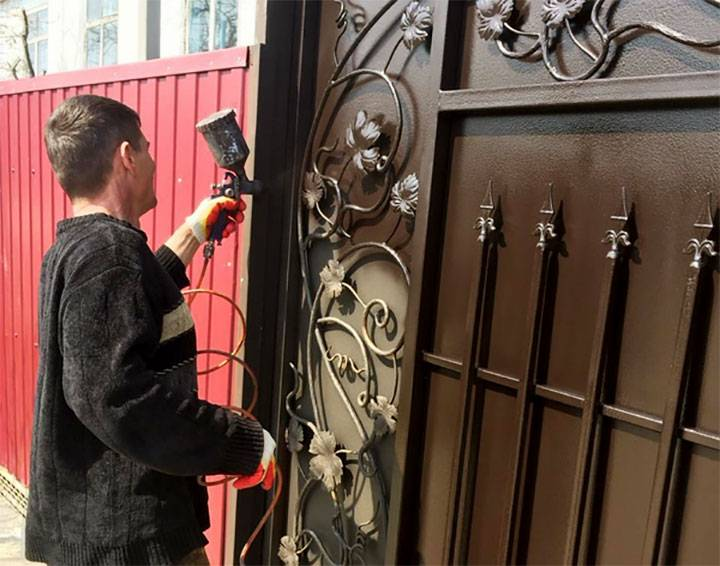 Какой краской покрасить металлический забор?
