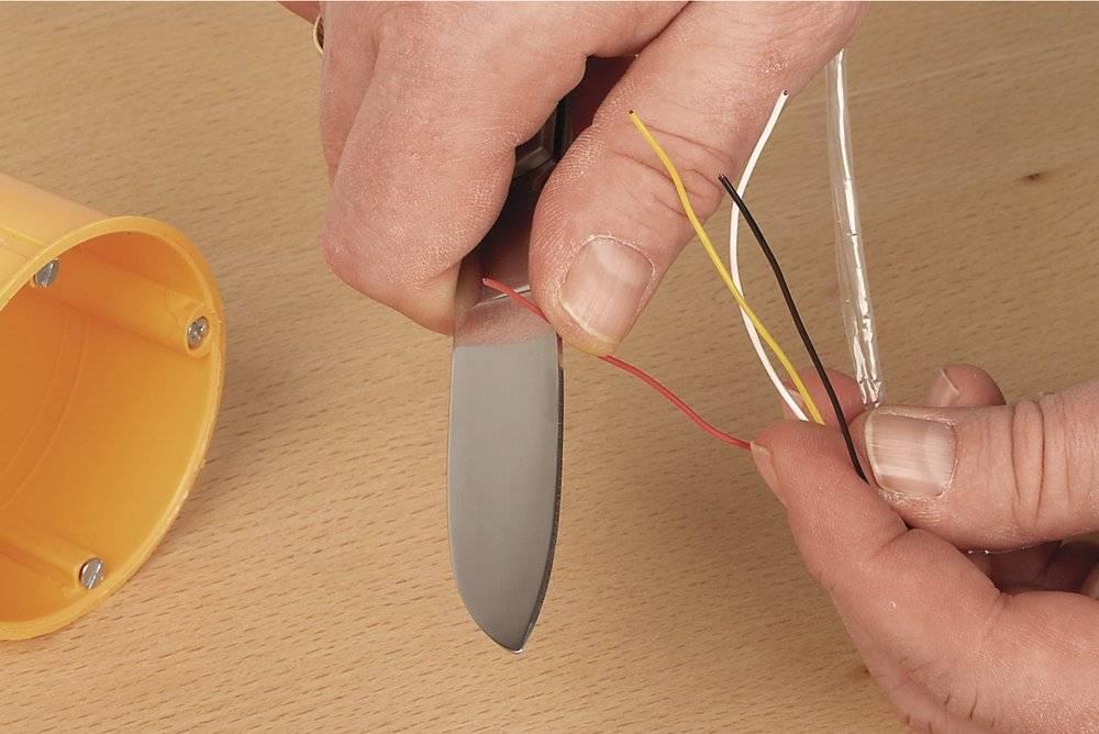 Как снять изоляцию с проводов кабеля инструментом