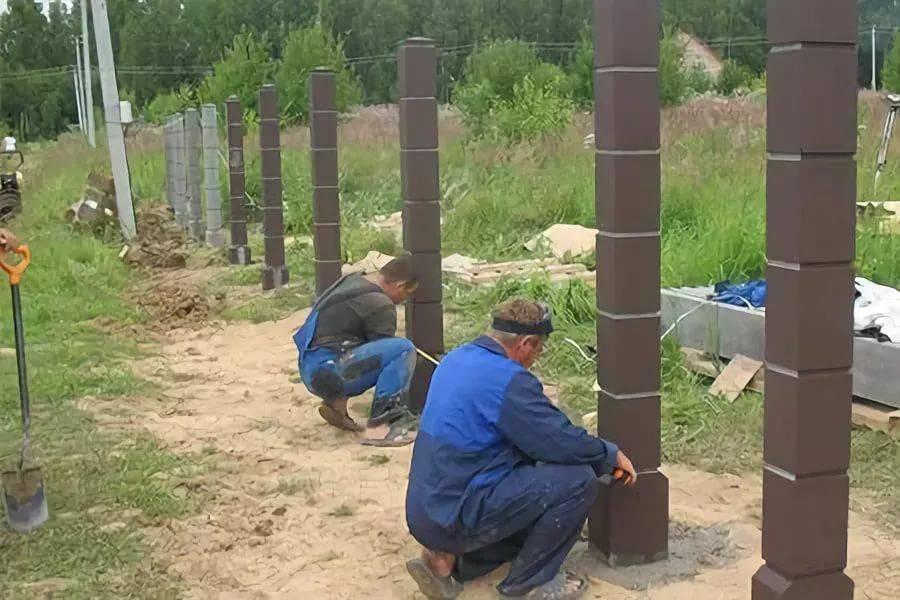 Как самостоятельно установить столбы под забор без использования бетона