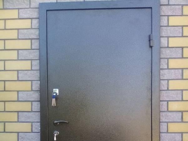 Как и чем покрасить металлическую дверь своими руками правильно