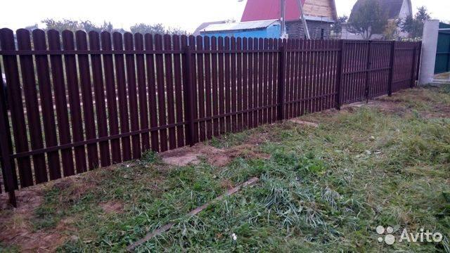 Забор из евроштакетника своими руками - всё о воротах и заборе