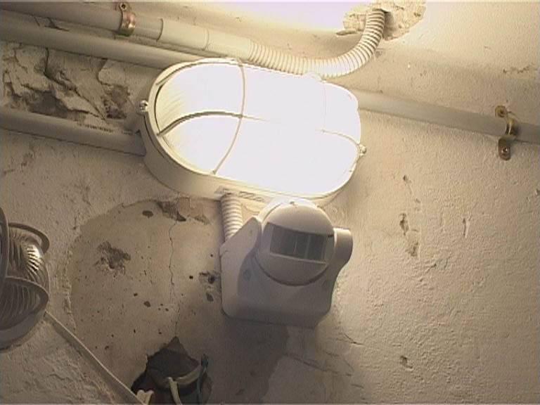 Освещение в подъезде многоквартирного дома - нормативы, куда обращаться если не горит свет