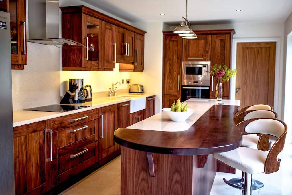 Обожженное дерево: обожженная доска под лаком в интерьере и для фасада, текстура древесины для мебели и срок ее службы