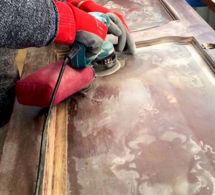 Чем покрасить деревянные двери: освещаем все нюансы