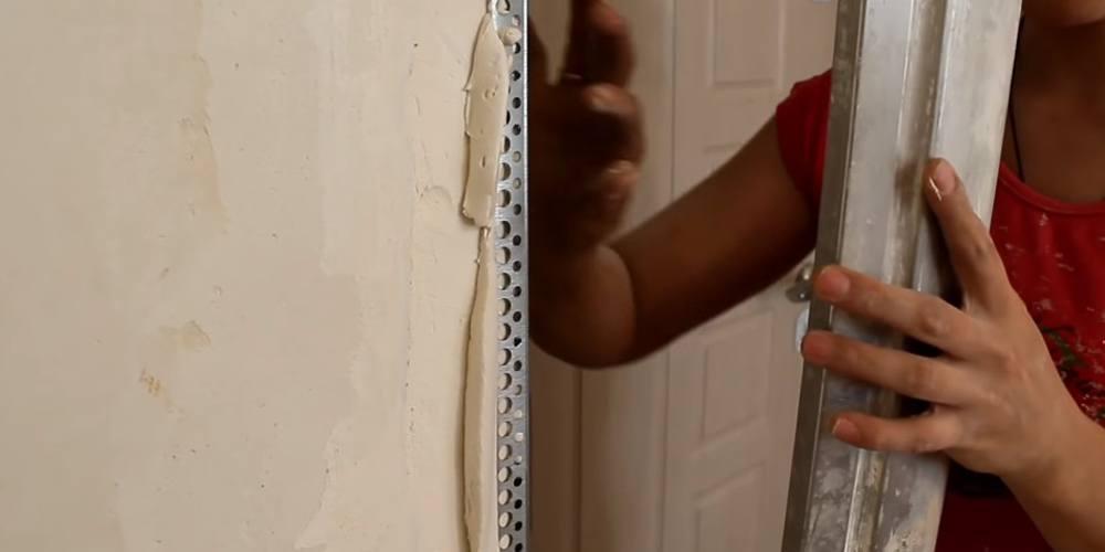 Как оштукатурить откосы входной двери своими руками