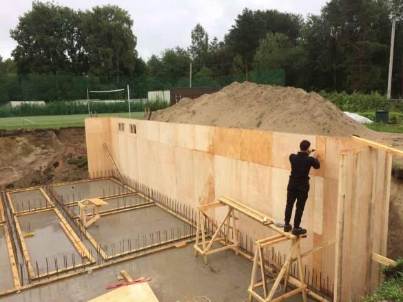 Фундамент на склоне: подбор и монтаж подходящего типа основания