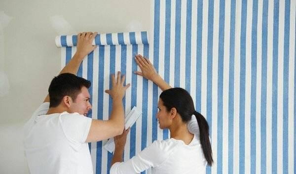 Как поклеить обои двух видов? 57 фото дизайн и комбинирование при поклейке настенного покрытия в зале, нюансы поклейки комнаты, примеры оклейки стен