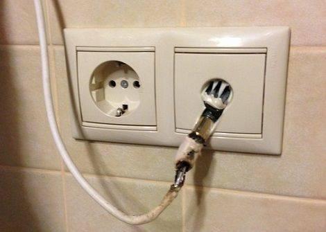 Почему нагревается вилка от удлинителя в розетке при включении водонагревателя? - электрика