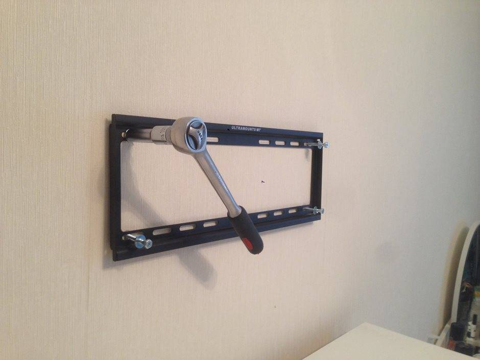 Как самостоятельно установить телевизор на стену