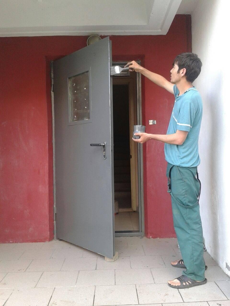 Краска для металлических дверей (36 фото): чем можно покрасить железное изделие, варианты с порошковым напылением входной двери