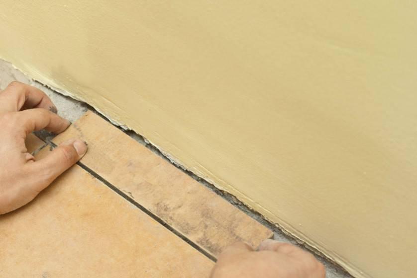 Как класть плитку на пол в ванной: укладка плитки пошагово и особенности выполнения работ