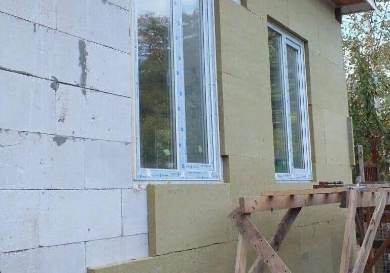 Утепление дома из пеноблоков снаружи и изнутри, чем лучше и как правильно провести изоляцию
