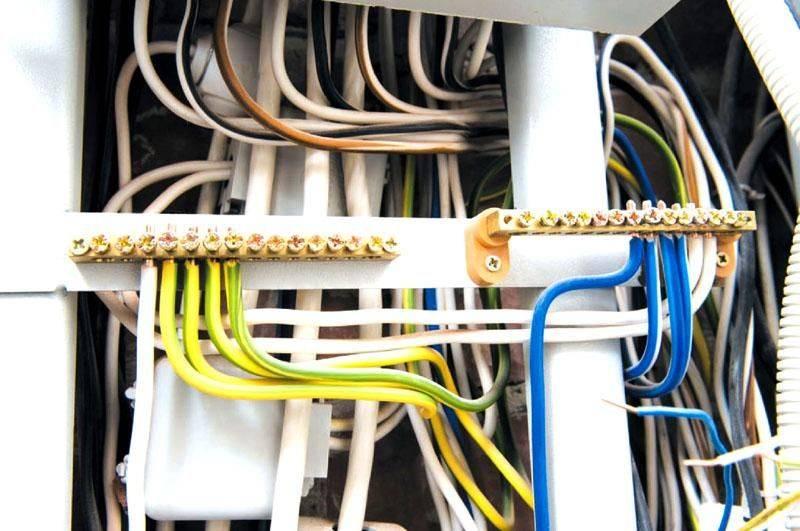 Можно ли определить, какого цвета провод заземления в двухжильном или трехжильном кабеле розетки?