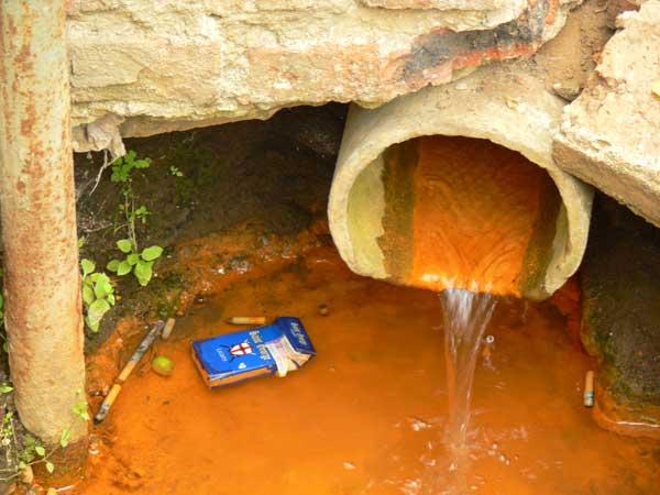 Желтая вода: почему из скважины ржавая на воздухе и покрывается пленкой после нескольких часов, что делать при кипячении в колодце