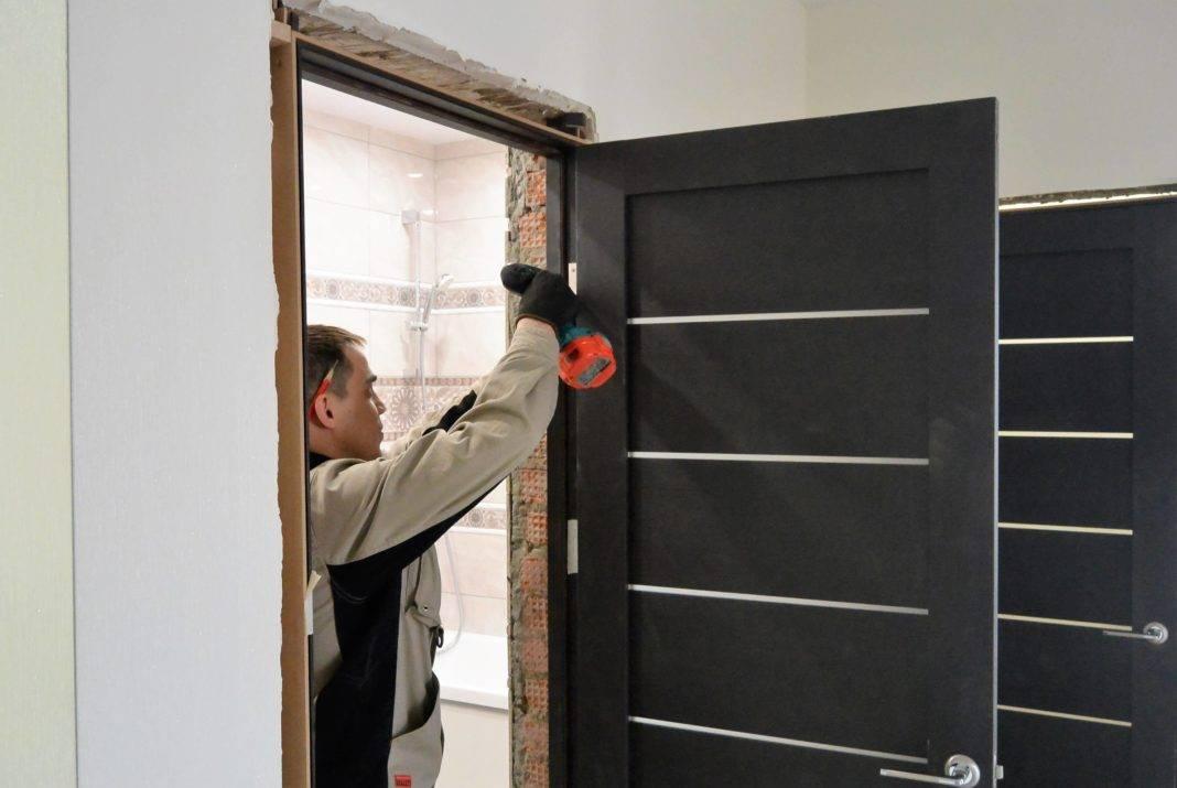 Нюансы установки дверей из различных материалов и пошаговая инструкция по монтажу входных конструкций