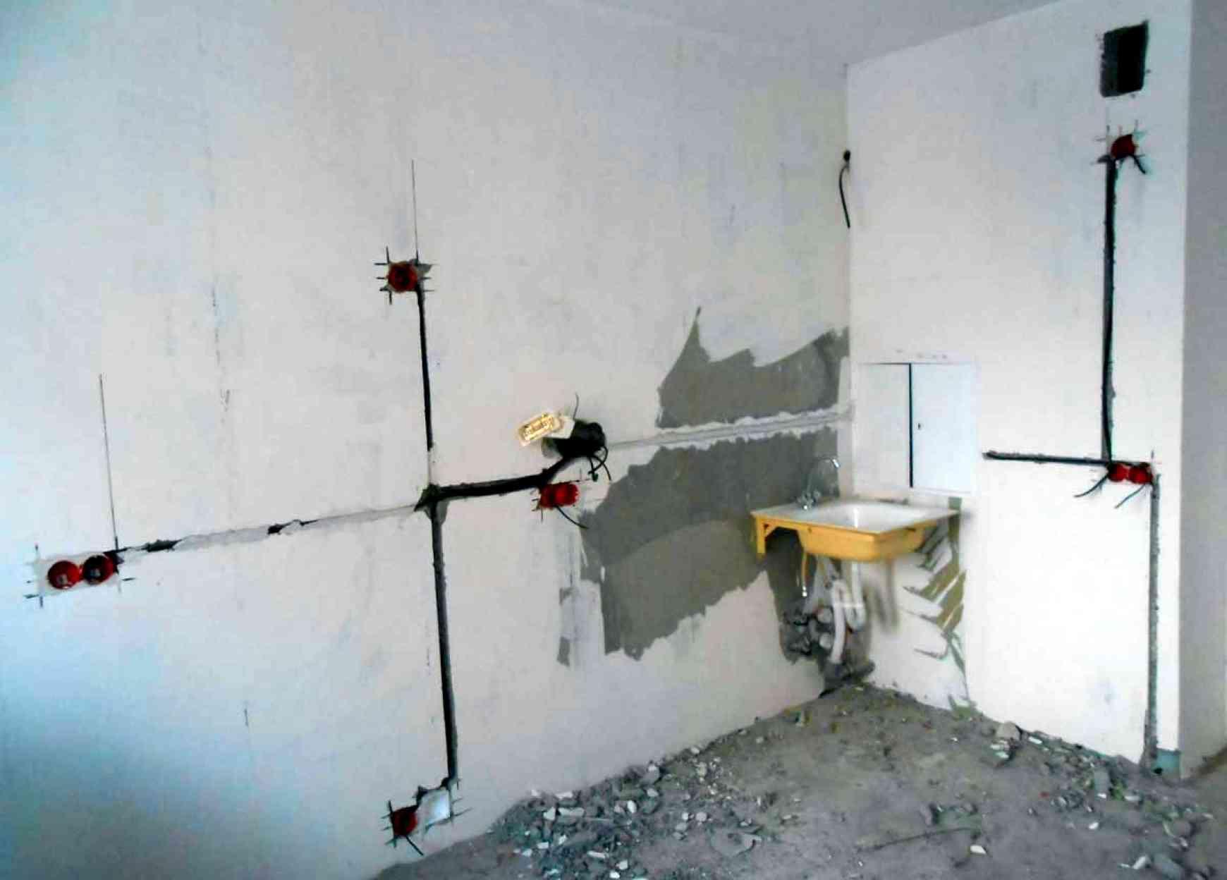 Как перенести розетку в панельном доме своими руками - правила переноса на противоположную стену без штробления и с ним!