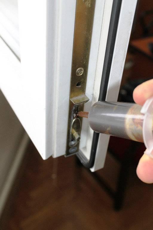 Как самостоятельно смазать пластиковые окна