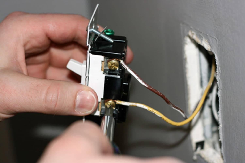 Трещит выключатель света при включении - электрик