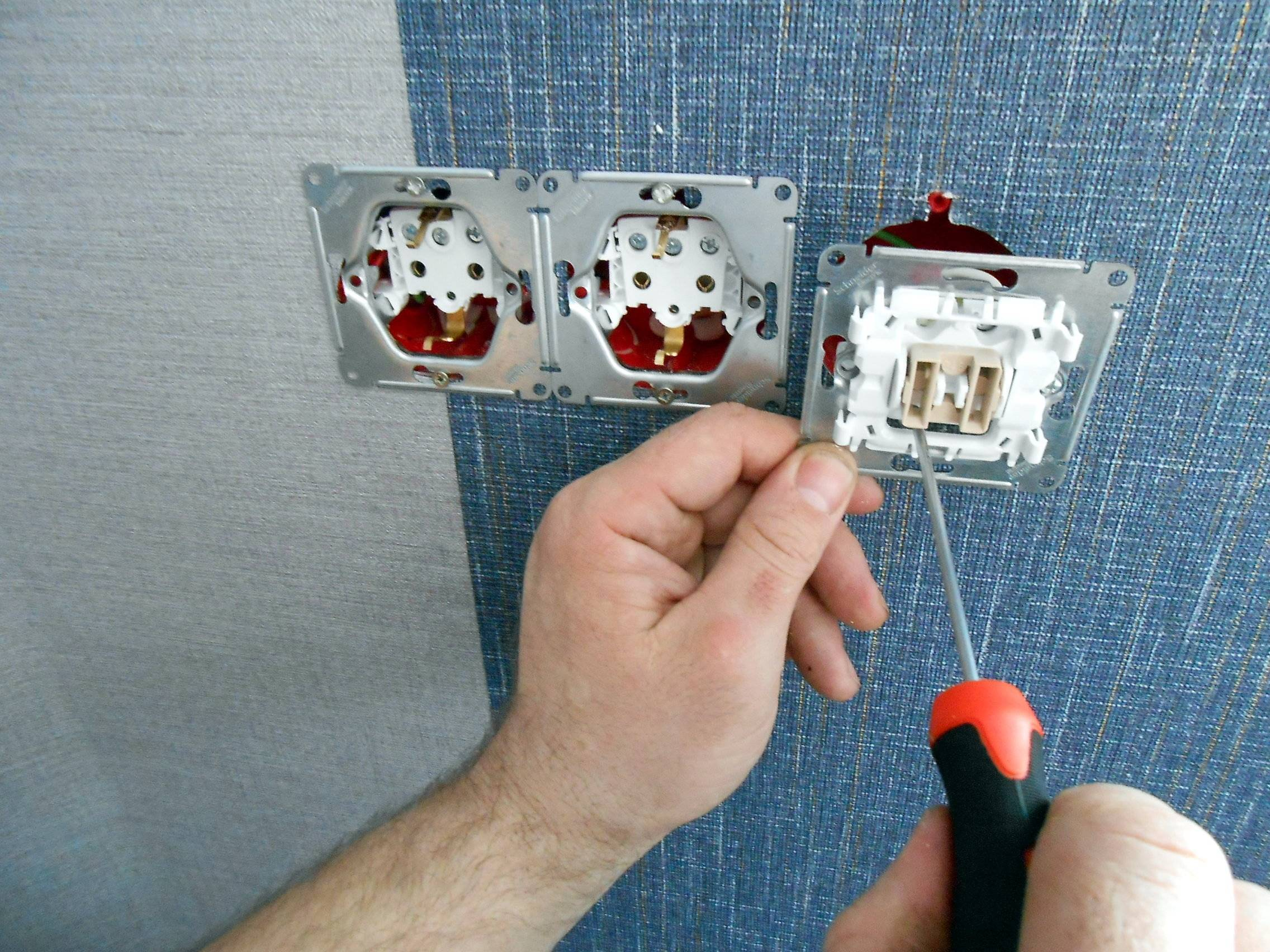 Что делать если искрит выключатель света при включении?
