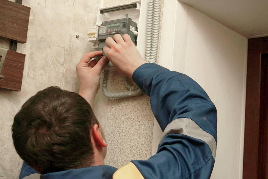 кто должен менять электросчетчики и за чей счет?