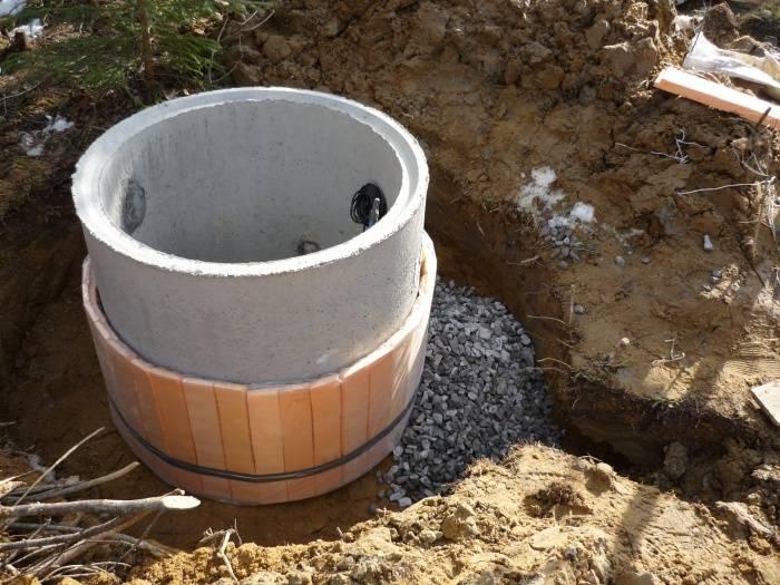 Утепление колодца на зиму своими руками: способы, глубина промерзания почвы, видео и фото